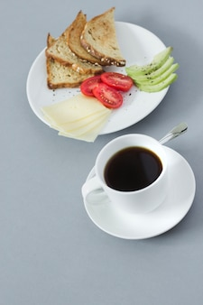Primer plano de café y plato de desayuno