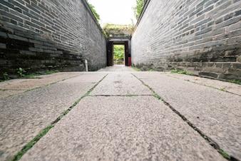 Primer plano de callejón antiguo