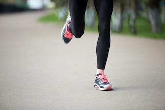 Primer plano de chica corriendo con zapatillas de deporte
