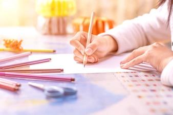Primer plano de colegiala escribiendo