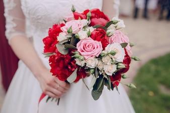 Primer plano de colorido ramo de boda