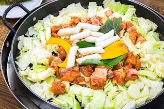 Primer plano de comida deliciosa con pollo y verduras