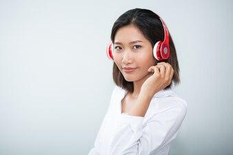 Primer plano de contenido Mujer bonita con los auriculares