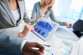 Primer plano de ejecutiva con una tableta digital
