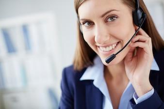 Primer plano de ejecutiva haciendo una llamada telefónica