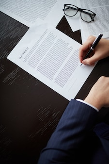 Primer plano de ejecutivo sujetando un bolígrafo