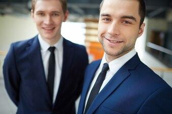 Primer plano de ejecutivos contentos