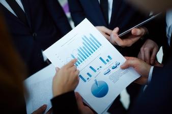 Primer plano de ejecutivos sujetando un informe