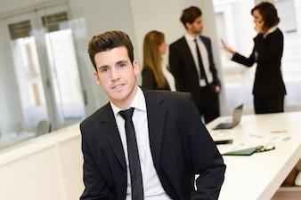 Primer plano de empleado joven esperando a la reunión