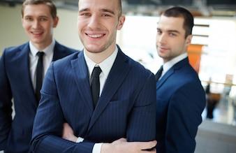 Primer plano de empresarios existosos en la oficina