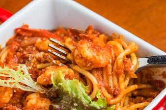 Primer plano de espaguetis con gambas