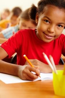 Primer plano de estudiante de primaria aprendiendo a escribir