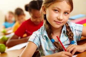 Primer plano de estudiante serio en el colegio