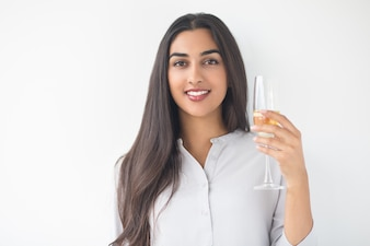 Primer plano de feliz Señora Agradable Cría copa de vino
