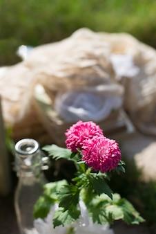 Primer plano de flor en una botella