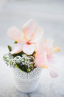 Primer plano de flores bonitas con macetero blanco