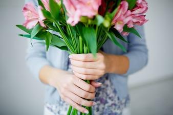Primer plano de florista sujetando un ramo de flores