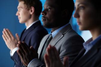 Primer plano de gente de negocios rezando
