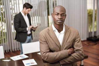 Primer plano de hombre de negocios calmado con los brazos cruzados