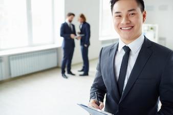 Primer plano de hombre de negocios con compañeros de fondo