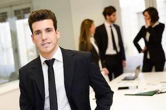 Primer plano de hombre de negocios joven con corbata negra