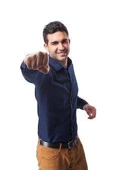 Primer plano de hombre feliz enseñando el puño