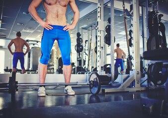Primer plano de hombre fuerte en el gimnasio