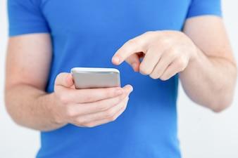Primer plano de hombre moderno utilizando la aplicación móvil en el teléfono
