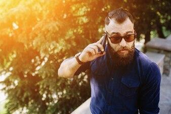 Primer plano de hombre usando su móvil