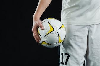 Primer plano de jugador de fútbol con pelota