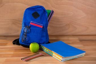 Primer plano de la bolsa de la escuela con los libros y papelería