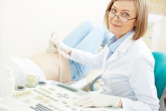 Primer plano de la doctora con equipo de ultrasonido