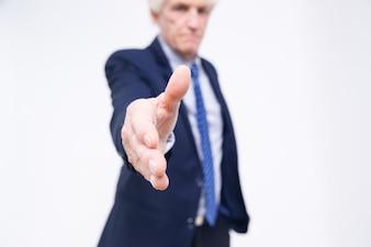 Primer plano de la mano de alto nivel extendió para apretón de manos