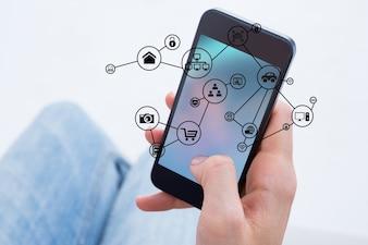 Primer plano de la mano de un hombre utilizando su teléfono móvil