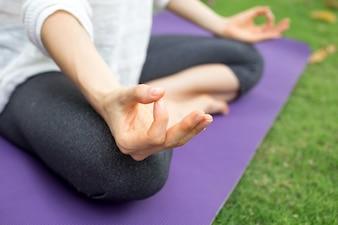 Primer plano de la mano femenina gesticulando zen al aire libre