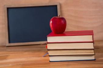 Primer plano de la pila de libros con la manzana roja