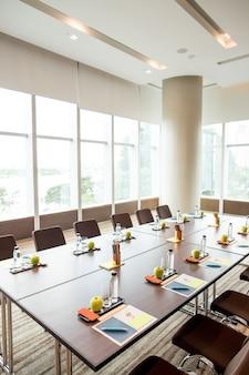 Primer plano de la tabla grande en sala de reunión vacía