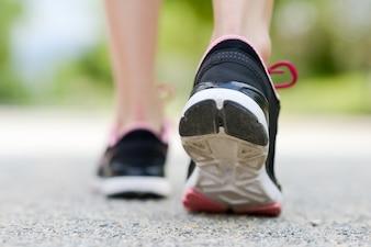 Primer plano de las zapatillas de deporte de una mujer