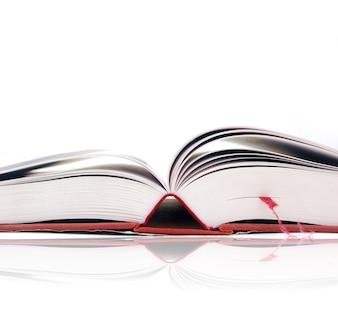 Primer plano de libro abierto con marcapáginas