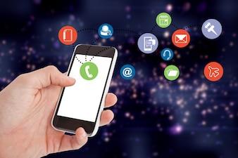 Primer plano de mano sujetando un móvil con coloridos iconos de aplicaciones