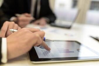 Primer plano de mano trabajando con una tableta