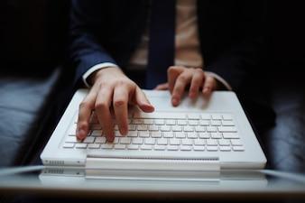 Primer plano de manos sobre el teclado