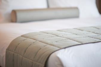 Primer plano de manta gris sobre la cama
