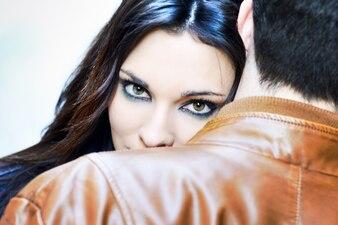 Primer plano de mujer bonita con su cabeza en el hombro del novio