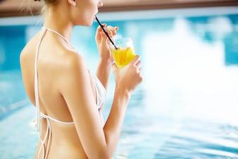 Primer plano de mujer complacida bebiendo limonada