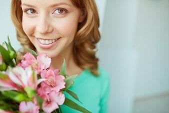 Primer plano de mujer con flores rosas