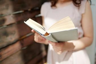 Primer plano de mujer con un libro abierto