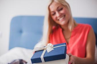 Primer plano de mujer con un regalo