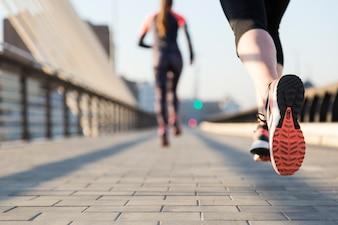 Primer plano de mujer corriendo con fondo desenfocado