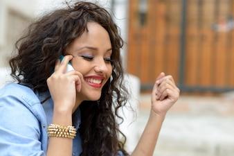 Primer plano de mujer emocionada hablando por teléfono